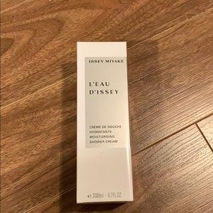 Issue miyake  moisturizing shower cream